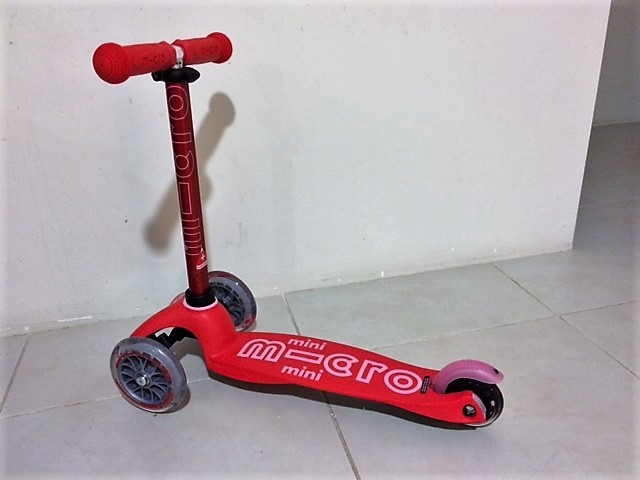 0556: Micro Mini Deluxe Scooter red