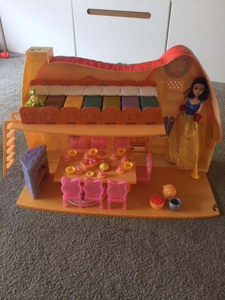 0127: Snow White Disney Cottage