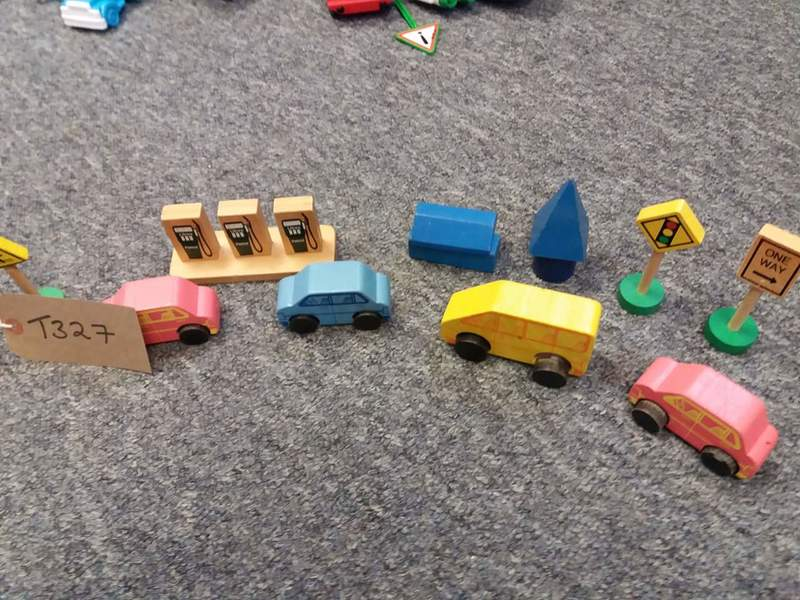 T327: WOODEN TOWN AND VEHICLES