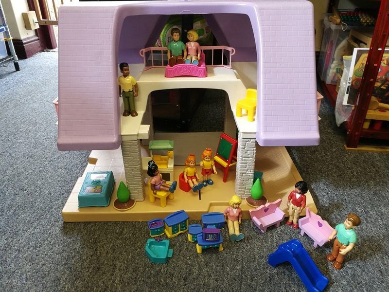 Mi14: large dolls house(little tikes) with furniture and family