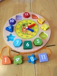 le5: wooden clock with pieces