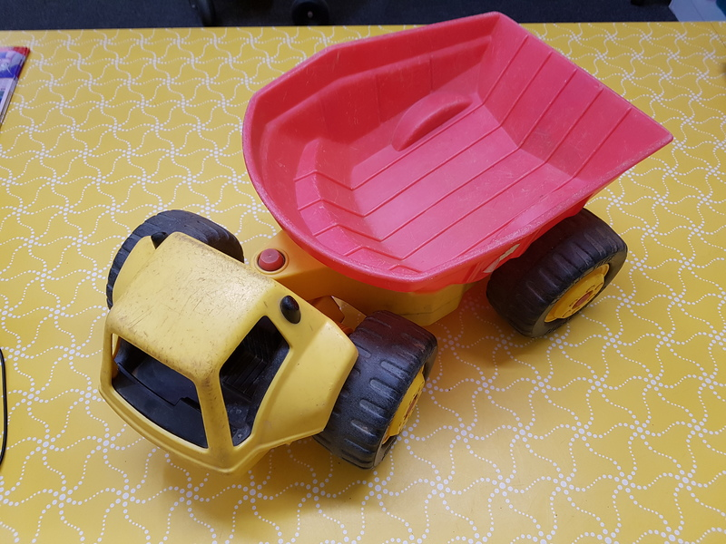 E1037: YELLOW DUMP TRUCK WITH RED TRAY