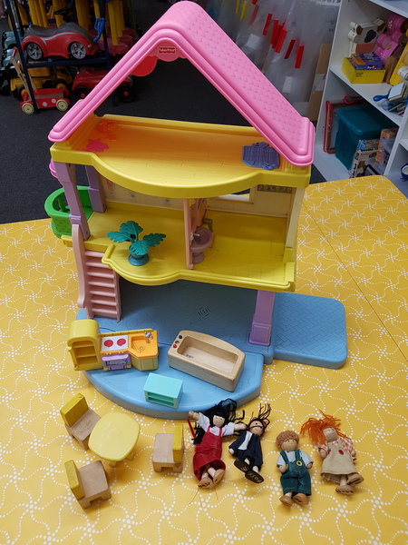 E4055: FISHER PRICE DOLL HOUSE
