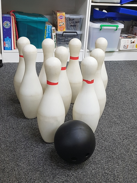E1016: GIANT NINE PIN BOWLING SET