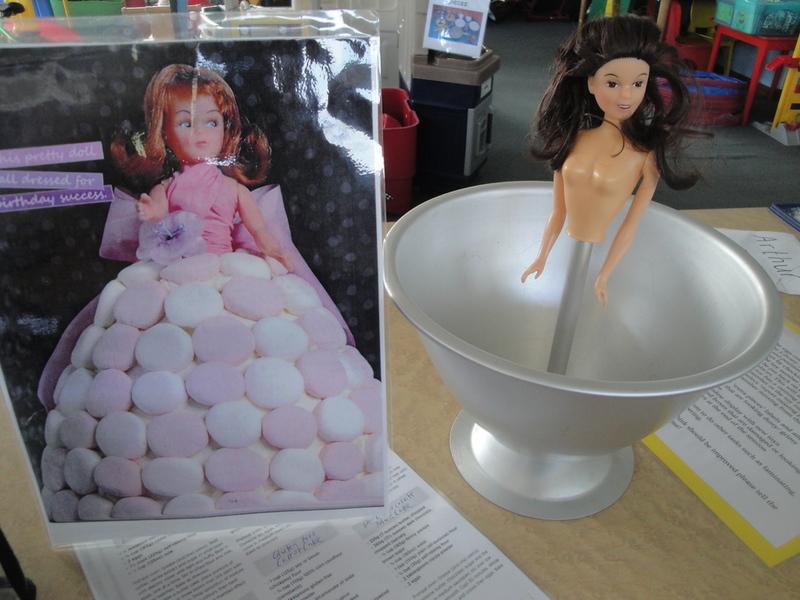 1228: Dolly Varden cake tin