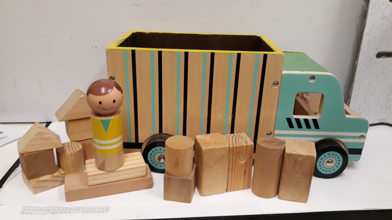 E2.925.5: Wooden Truck with Drivers and Blocks