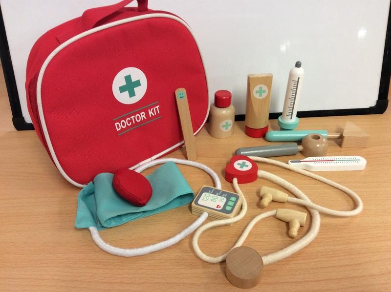 E2.980.7: Wooden Doctor Kit