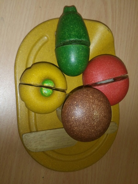E2.099.1: WOODEN CUTTING VEGETABLE SET