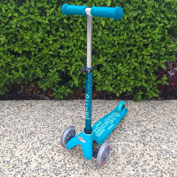 R29: Micro Mini Deluxe Scooter (Aqua)