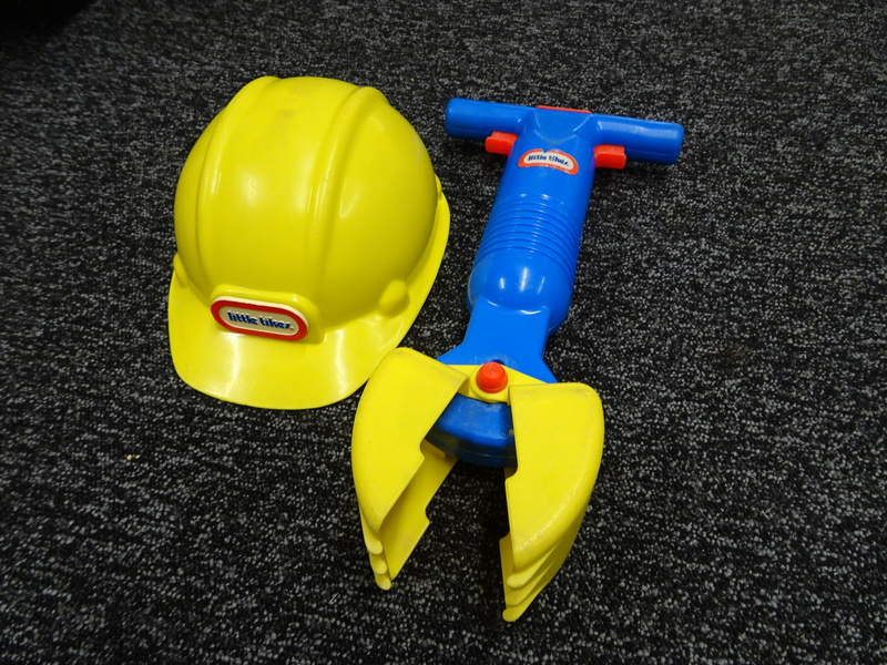 H28_2: Construction Digger & Helmet