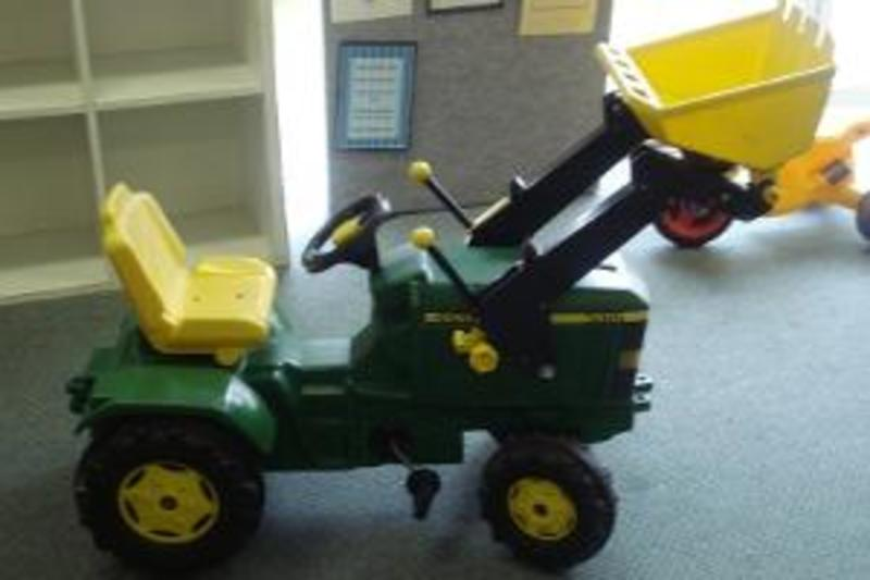 O71: John Deere Tractor with Digger